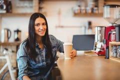 Портрет женщины имея кофе Стоковые Фотографии RF