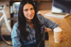 Портрет женщины имея кофе Стоковое Изображение