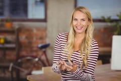 Портрет женщины используя умный телефон Стоковые Изображения RF