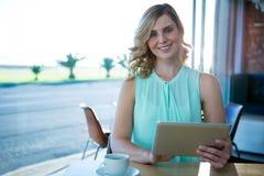 Портрет женщины используя цифровую таблетку в кофейне Стоковое Изображение RF