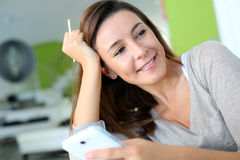 Портрет женщины используя smartphone Стоковая Фотография RF