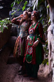 Портрет женщины и девушки в этнических одеждах в тропическом саде Стоковое Фото