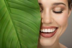 Портрет женщины и зеленых лист Органическая красота стоковая фотография