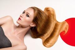Портрет женщины кладя на белый пол Стоковое Изображение RF