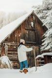 Портрет женщины копая снег Стоковые Фотографии RF