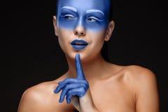 Портрет женщины которая покрыта с голубой краской Стоковые Изображения