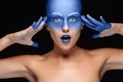 Портрет женщины которая представляет покрыл с голубой краской Стоковое фото RF