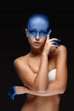 Портрет женщины которая представляет покрыл с Стоковые Изображения RF