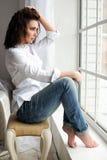 Портрет женщины красоты модельный с курчавое коричнев-с волосами Стоковые Изображения RF