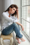 Портрет женщины красоты модельный с курчавое коричнев-с волосами Стоковая Фотография