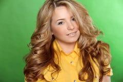 Портрет женщины красоты предназначенной для подростков девушки красивого жизнерадостного наслаждаясь w Стоковые Фото
