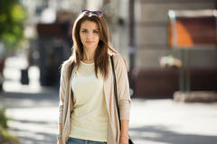 Портрет женщины красоты с совершенной улыбкой идя на улицу и смотря камеру Стоковое фото RF