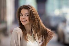 Портрет женщины красоты с совершенной улыбкой идя на улицу и смотря камеру Стоковое Изображение