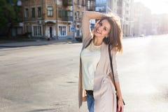 Портрет женщины красоты с совершенной улыбкой идя на улицу и смотря камеру Стоковые Изображения