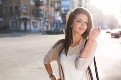 Портрет женщины красоты с совершенной улыбкой идя на улицу и смотря камеру Стоковые Изображения RF