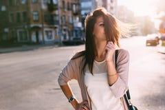 Портрет женщины красоты с совершенной улыбкой идя на улицу и смотря камеру Стоковая Фотография