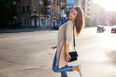 Портрет женщины красоты с совершенной улыбкой идя на улицу и смотря камеру Стоковые Фотографии RF