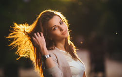Портрет женщины красоты с совершенной улыбкой идя на улицу и смотря камеру, свет захода солнца Стоковые Изображения RF