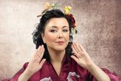Портрет женщины курчавого кимоно белой стоковые фотографии rf