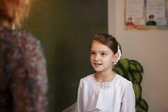 Портрет женщины моды конца-вверх девушки детенышей довольно ультрамодной представляя на городе в Европе, моде улицы лета, держа стоковое изображение