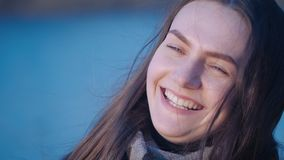 Портрет женщины молодой милой зелен-наблюданной девушки брюнета которая поворачивает ее голову, счастливые smilles и взгляды на к сток-видео