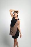 Портрет женщины моды в современном платье Стоковое Фото