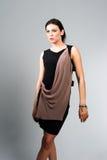 Портрет женщины моды в современном платье Стоковые Фото