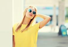 Портрет женщины моды довольно белокурой в солнечных очках Стоковые Фотографии RF