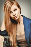 Портрет женщины моды очарования Glamourous модель с пышными волосами Стоковые Фото