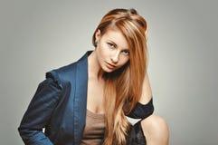 Портрет женщины моды очарования Glamourous модель с пышными волосами Стоковые Изображения RF