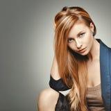 Портрет женщины моды очарования Glamourous модель с пышными волосами Стоковое Изображение