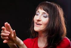 Портрет женщины наблюдая кольцо Стоковая Фотография