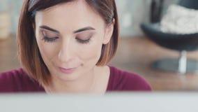 Портрет женщины над монитором Глаза движение Брайна, читая текст сток-видео