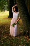 Портрет женщины на деревянной предпосылке Стоковое Изображение RF