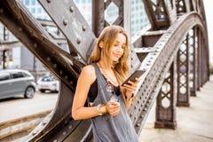 Портрет женщины на железном мосте Стоковое фото RF