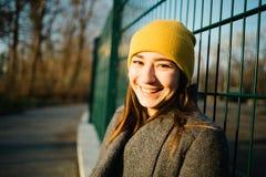 Портрет женщины на заходе солнца Безмятежность, на открытом воздухе и размышляющ концепция стоковые изображения