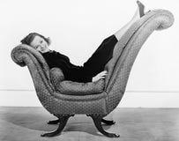 Портрет женщины на изогнутом предмете мебели (все показанные люди более длинные живущие и никакое имущество не существует Предпис Стоковое Фото