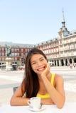 Портрет женщины на кофе кафа выпивая в Мадриде Стоковые Изображения RF