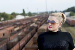 Портрет женщины на мосте против железнодорожных автомобилей Стоковая Фотография RF