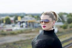 Портрет женщины на мосте против железнодорожных путей Стоковые Фото