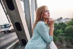 Портрет женщины на мосте Стоковое фото RF