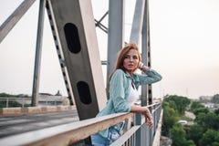 Портрет женщины на мосте Стоковое Изображение RF