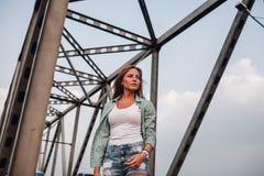 Портрет женщины на мосте Стоковые Фотографии RF