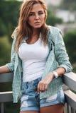 Портрет женщины на мосте Стоковые Изображения