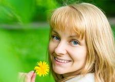Портрет женщины на парке весны Стоковые Фото