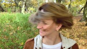Портрет женщины на парке сток-видео
