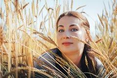 Портрет женщины на поле вполне желтых ушей Стоковые Изображения