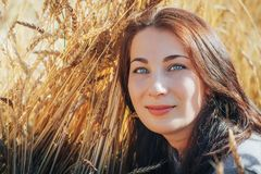 Портрет женщины на поле вполне желтых ушей Стоковое фото RF