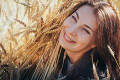 Портрет женщины на поле вполне желтых ушей Стоковая Фотография RF