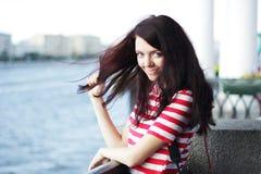 Портрет женщины на предпосылке реки лета Стоковое фото RF